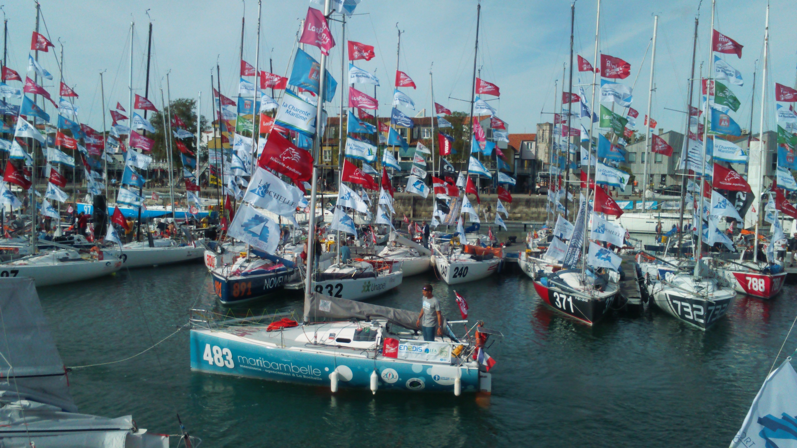 Mini Transat La Rochelle 2017 : Zou habille le bateau de Pierre Revol !